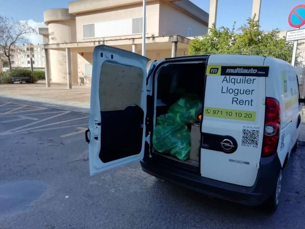 furgoneta de multiauto transportando mascarillas contra el coronavirus